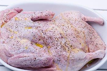 Утка натирается солью перцем и оливковым маслом