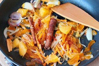 Обжариваются лук морковь курага апельсин чеснок и специи