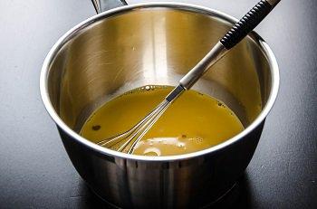 Желток смешивается со сгущенным молоком и нагревается на водяной бане