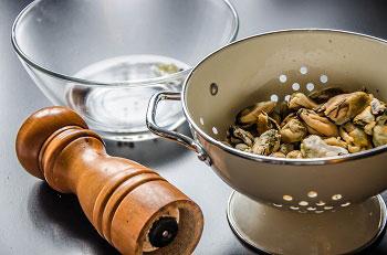 Морепродукты бланшируем в подсоленном кипятке и смешиваем с маринадом