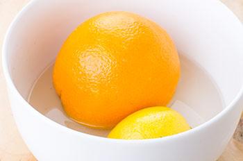 Апельсин и лимон залить кипящей водой с мандаринов снять кожуру