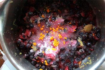 В кастрюльку выкладываем ягоды сахар апельсиновый сок цедру