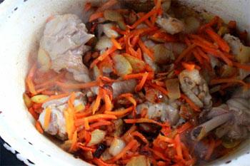 К овощам добавить курицу и обжарить все вместе