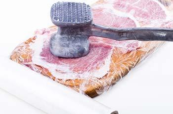 Разложить куски свинины на доску и хорошенечко отбить молоточком