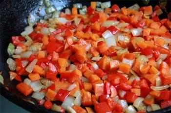 Морковь очистить и тоже порезать кусочками