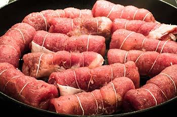 Выложить на сковороду с разогретым маслом и обжарить со всех сторон