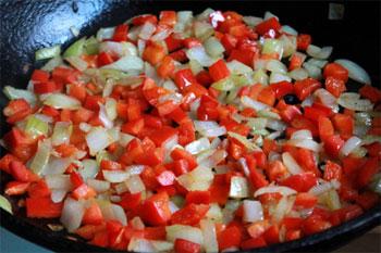 Паприку очищаем режем кубиком и добавляем в сковороду