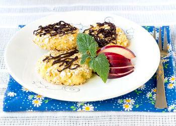 Подавать сырники теплыми со сметаной или ягодным соусом