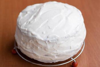 Остатками крема хорошо покрыть сметанник тщательно смазывая бока