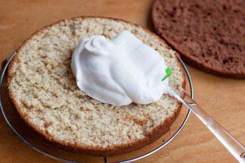 Сформировать торт хорошо смазывая кремом каждый корж