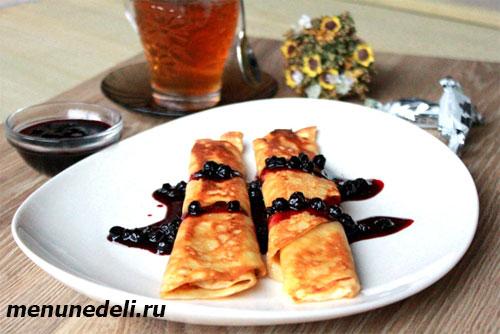 Рецепт блинов с творогом и черничным соусом