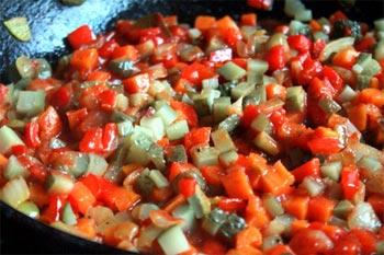 Огурцы в сковороду вместе с лавровым листом перцем сахаром томатной пастой