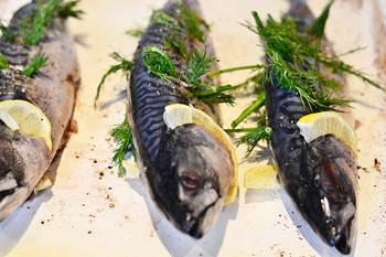 Рыбины  смазать маслом и наполнить укропом и лимоном