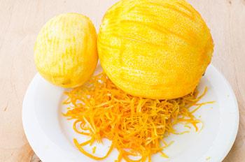 С фруктов снять цедру и использовать по вкусу