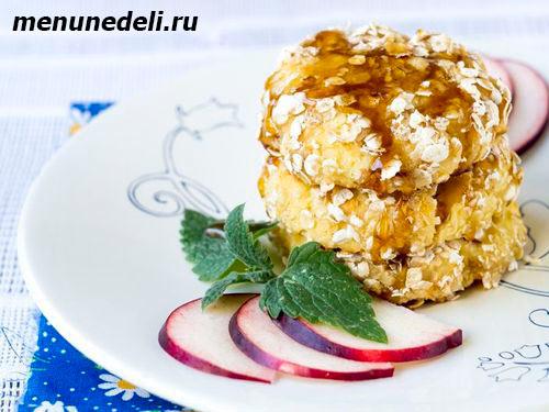 Рецепт приготовления сырников с яблоками в овсяной панировке