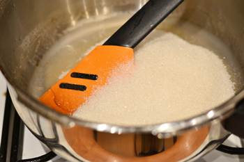 Варить на среднем огне смесь воды агара и сахара помешивая лопаточкой