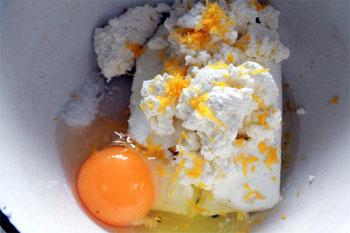 Выкладываем в миску творог яйцо сахар ваниль сок лимона и цедру