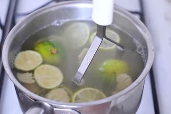 Положите лайм и имбирь в посуду слегка все раздавите влейте кипяток