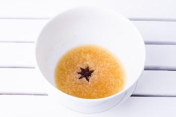 Желатин замочить в холодной воде и положить в него звездочку аниса