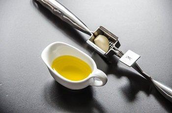 Пропущенный через пресс чеснок смешивается с оливковым маслом