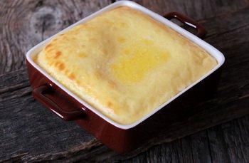 Готовый омлет поливается сливочным маслом