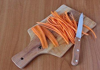Морковные слайсы разрезаются на тонкие полоски
