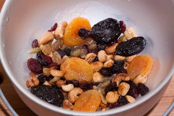 Обжариваем сухофрукты и орехи на сливочном масле с сахаром