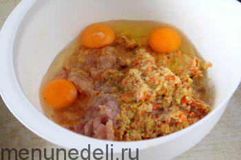 Смешиваем куриное мясо овощи хлеб и яйца