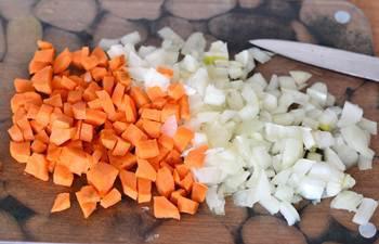 Лук и морковь некрупным кубиком для обжаривания
