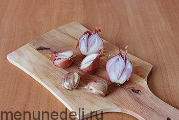 Луковица разрезанная пополам и раздавленный чеснок