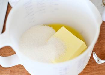 Смешиваются масло сахар и ванильный сахар