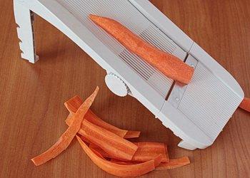 Помытая и очищенная морковь режется тонкими слайсами