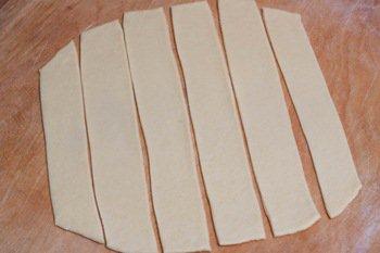 Нарезанное полосками крутое тесто