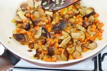 К обжаренным луку и моркови добавляем порезанные боровики