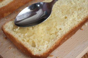 Пропитывается сиропом первый пласт бисквита