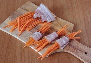 Пучок морковки обернутый в ломтик бекона