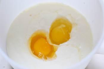 Смешиваем венчиком йогурт сахар и яйца