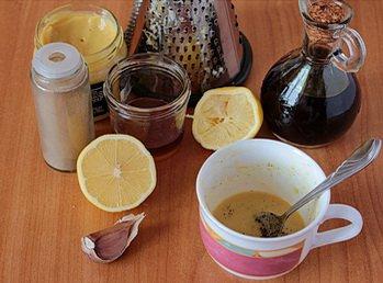 Смешиваем лимонный сок с горчицей оливковым маслом и медом
