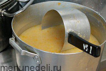 Специальный бульон для котлет с добавлением лука и моркови