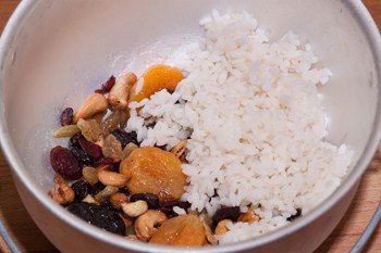 Смешиваем сухофрукты с орехами и рис с кипятком