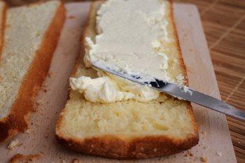 Смазываем пропитанный слой половиной крема