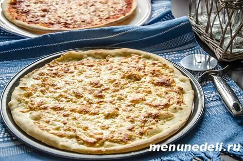 Сырная и томатная пицца из готового теста
