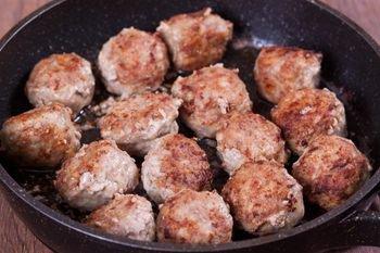 Мясные шарики обжариваются на растительном масле на сковороде