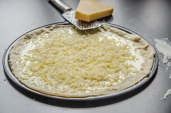На чесночное масло мелко трется пармезан