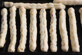 Трубочки из теста с вишней на противне