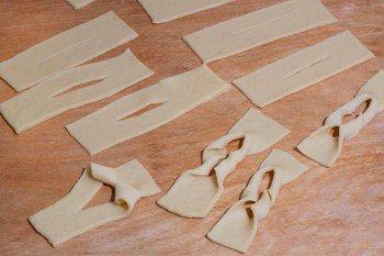 Выворачиваем тесто в продольный разрез