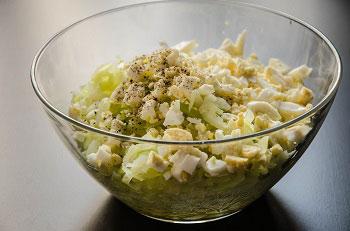 Яйца мелко режем масло растапливаем добавляем к капусте