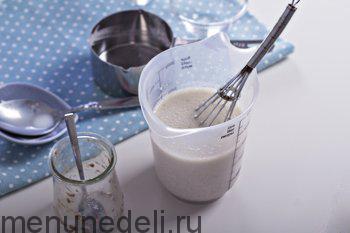 В смесь молока и уксуса влить растительное масло и льняное яйцо
