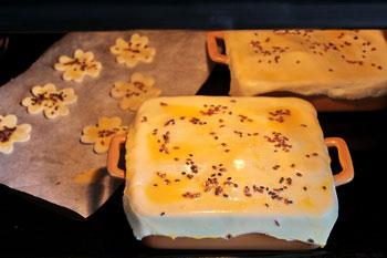 Блюдо поставить в духовку и готовить постепенно снижая температуру