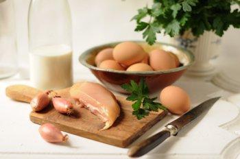 Яйца молоко лук шалот зелень куриная грудка